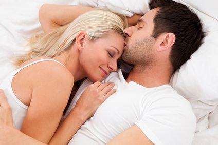 Casal abraçado na cama