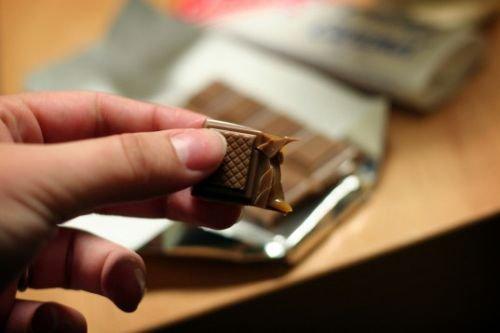 Mão segurando chocolate