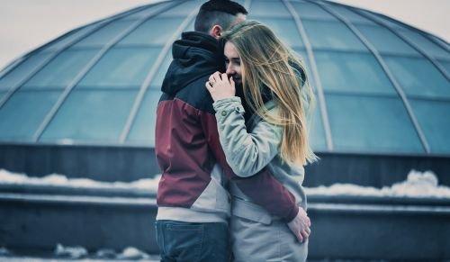 Casal de abraçando