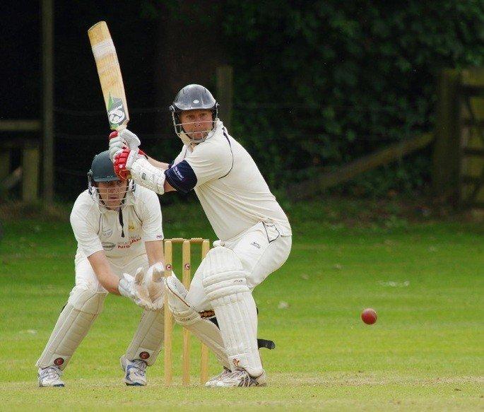 Jogador de críquete buscando rebater um lançamento