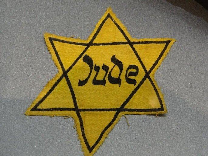 """Estrela de Davi escrito """"Jude"""", usadas nos campos de concentração"""