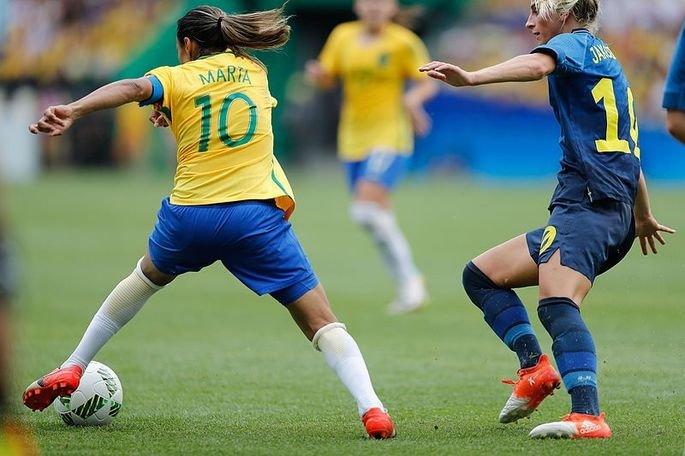 Jogadora Marta driblando adversária