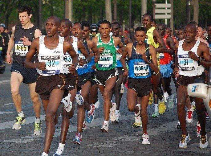 atletas disputando maratona