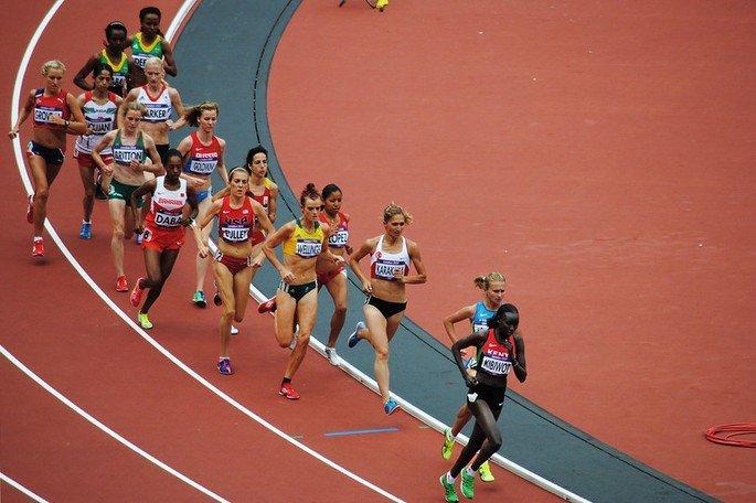 atletas disputando corrida de 5000 metros