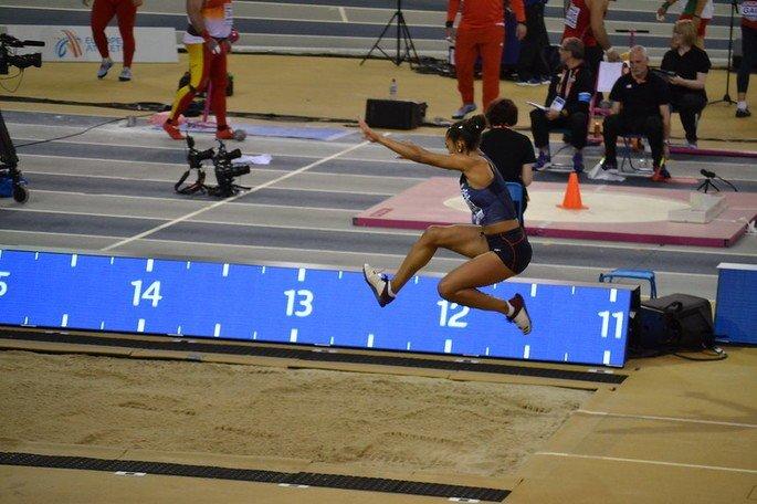 Atleta saltando (salto triplo)