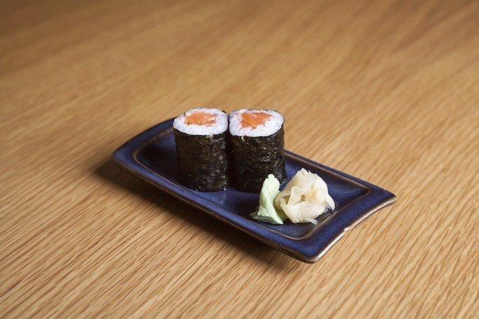 salmão maki (sushi enrolado de salmão)