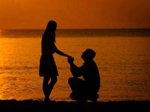 homem pedindo mão da mulher
