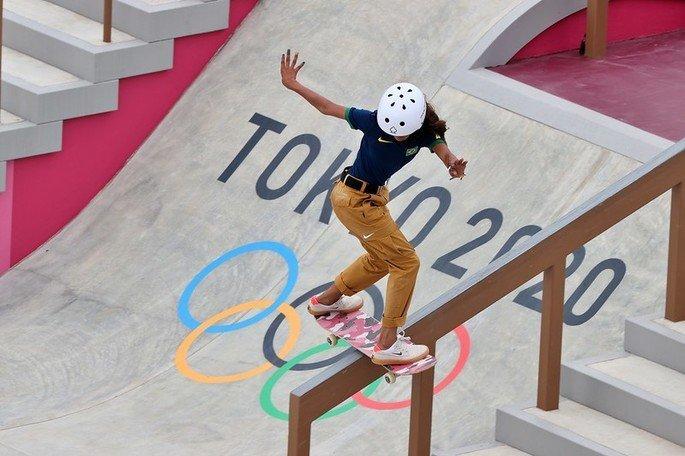 Rayssa Leal, atleta brasileira do skate, realizando uma manobra sobre um corrimão