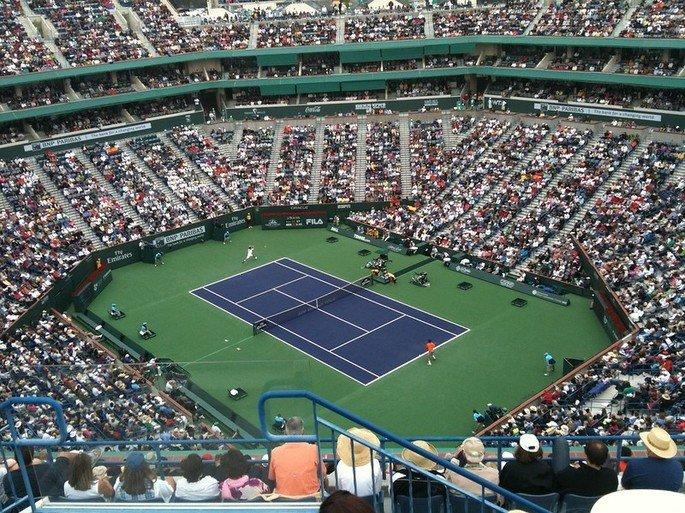 estádio assistindo partida de tênis